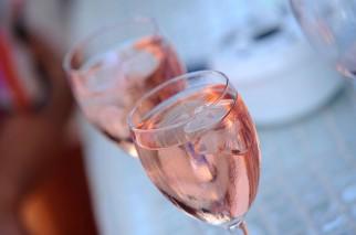 Có nên cho đá vào rượu vang?