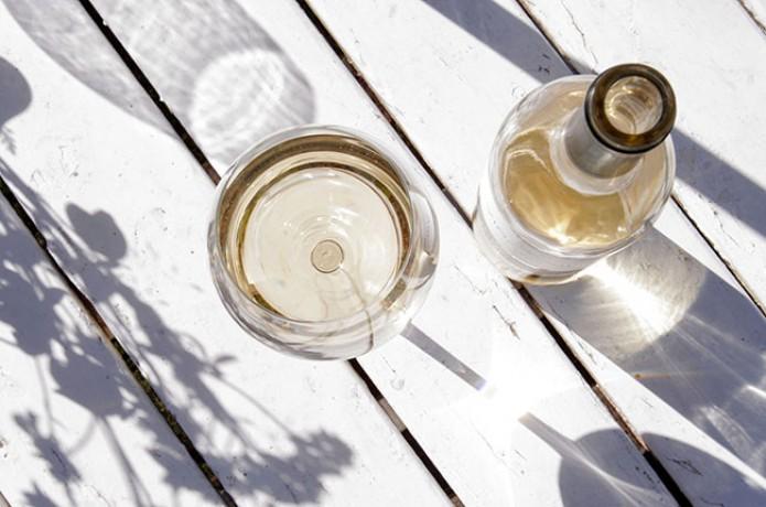 10 chai vang trắng tỏa nắng ngày hè.