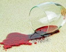 Bạn sẽ làm gì nếu làm đổ rượu vang đỏ trên ghế sofa?