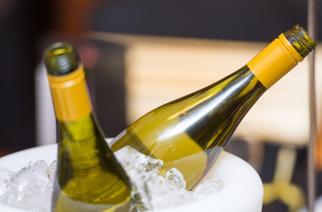 Cách làm lạnh rượu nhanh